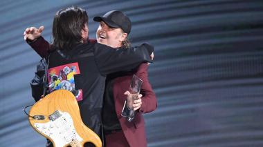 En video   Metallica entrega a Juanes el premio 'Persona del Año 2019' en los Grammy Latino