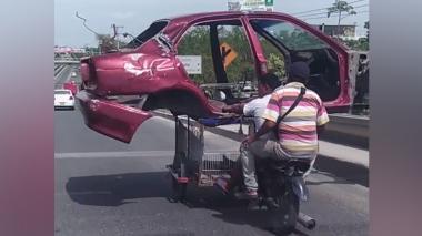 En video   Imprudencia vial: transportan carrocería de un auto en un 'carrimoto'