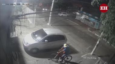 """Cámara registra a hombre que tendría """"azotado"""" a San José con el robo de retrovisores"""