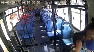En video | Pasajero vandaliza bus porque conductor le pidió usar el tapabocas