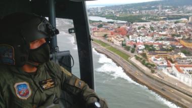 Un policía vigila desde un helicóptero la zona marítima de Cartagena.