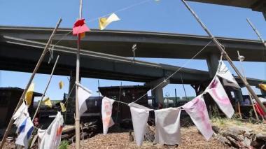 Un pueblo bajo la autopista: los sintecho que construyen su propio futuro