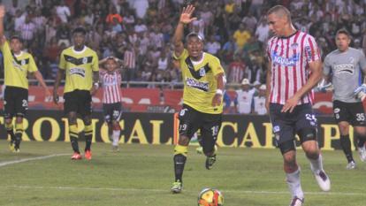 Acción de peligro de Nacional al final del juego, donde estuvo comprometido Samuel Vanegas.