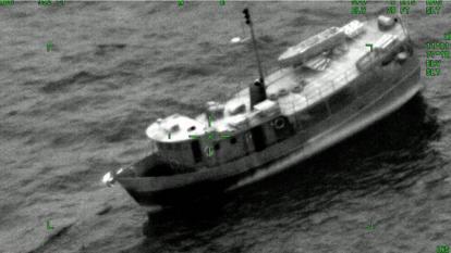 Rescatan a 6 personas en embarcación averiada en alta mar