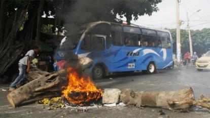 Cierre de vías en barrio de Cartagena por protesta contra servicio de energía