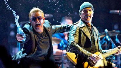 The Edge, guitarrista de U2 sufre caída en el escenario