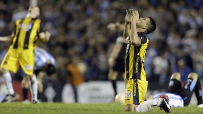 Jugadores de Guaraní celebran su paso a semifinales.