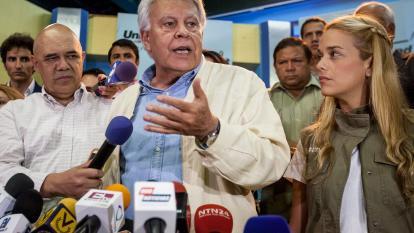 El ex presidente del Gobierno español Felipe González (c) habla en la rueda de prensa.
