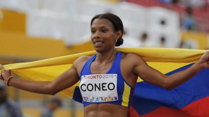 La atleta bolivarense Muriel Coneo celebró con la bandera el oro ganado en Canadá.