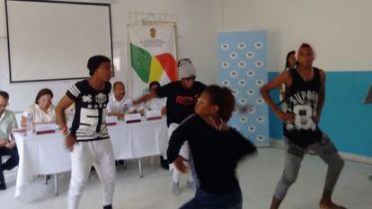Un grupo de danza del colegio Nuestro Esfuerzo, en presentación en la ceremonia de lecciones de paz en El Pozón.