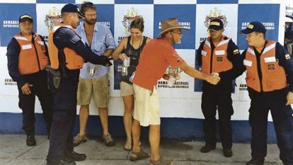 Rescatan a tres extranjeros varados en Cartagena