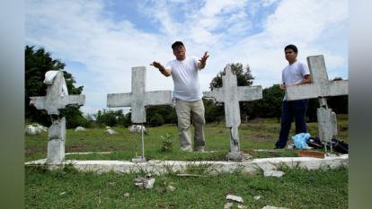 Orlando Zona Frasser quien reconstruye unas tumbas en honor a sus 38 familiares que murieron durante una avalancha la noche del 13 de noviembre de 1985.