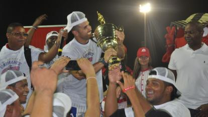Pipe Urueta celebrando con el trofeo de campeón.