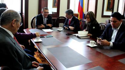 El ministro del Posconflicto, Rafael Pardo, con las Comisiones de Paz.