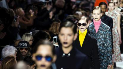 La moda de los años 40 con accesorios de última tendencia brilló en el desfile de Dior en París