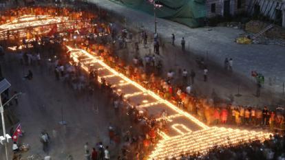 Se encienden velas para recordar miles de almas en Nepal