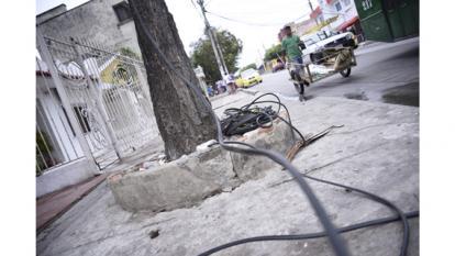 Un cable caído en la calle 70C con carrera 24. Lleva más de 20 días así.