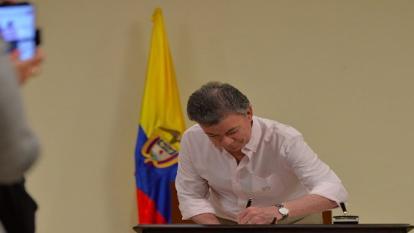 Santos firma ley que promueve trabajo para los jóvenes
