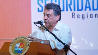 El gobernador de Sucre, Édgar Martínez, en su intervención en la cumbre.