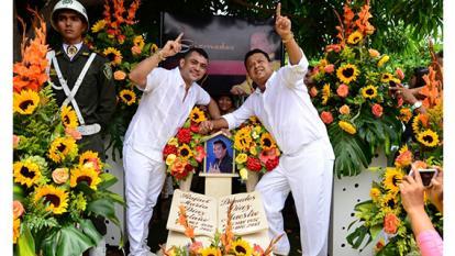 Ante la tumba de Diomedes, Rafael Santos oficializa unión con Iván Zuleta