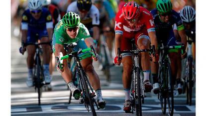El ciclista eslovaco Peter Sagan, del equipo Tinkoff, esprinta para cruzar la línea de meta por delante del noruego Alexander Kristoff.