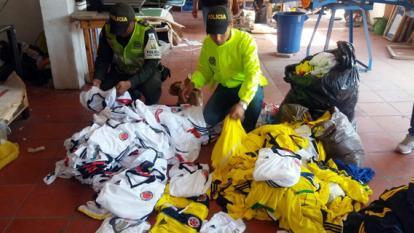 Policía Fiscal y Aduanera decomisa prendas deportivas enfábrica de confección ilegal