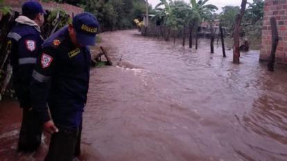 Equipos de rescate evalúan los daños del desbordamiento del río Badillo, en Cesar.