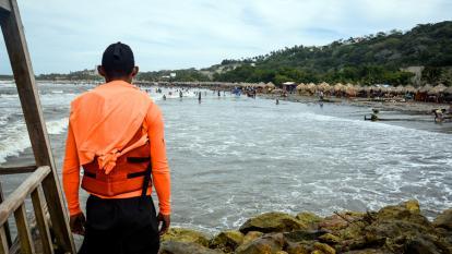 Un salvavidas vigila uno de los espolones para evitar que turistas lleguen hasta esa zona de riesgo.