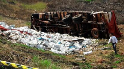 Se vuelca camión con 25 toneladas de bolívares en Paraguay