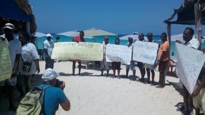 Nativos de la Isla Barú en plena protesta.