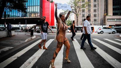 """Sabrina durante su paseo por la Avenida Paulista. Llevaba un cartel con la palabra """"Campeona""""."""