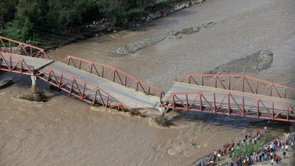 Fotografía aérea tomada ayer que muestra un puente caído por la crecida del río Virú, en Trujillo, Perú.