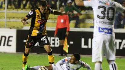 Vladimir Hernández lucha la pelota con un planchazo en el partido entre Santos y The Strongest, en La Paz.