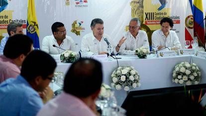 El presidente Santos en su encuentro con alcaldes en la cumbre de Valledupar.