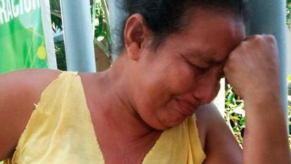 Cruz Lagares llora en Medicina Legal por su hijo.