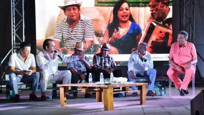Los compositores Roberto Calderón, Hernán Urbina, Isaac 'Tijito Carrillo, Rosendo Romero y Camilo Namén en la tertulia con el periodista Óscar Montes.