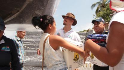 Entregan ayudas a afectados por la creciente del río Guachaca