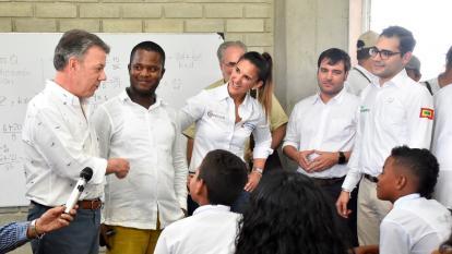 Juan Manuel Santos acompañado de los ministros de Educación y Vivienda, Yaneth Giha y Jaime Pumarejo, así como Sergio Londoño Zurek, alcalde de Cartagena.