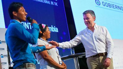 Miembros de comunidades indígenas como la Ticuna,  narraron su experiencia en el Congreso Andicom. Los escucha el presidente Santos.