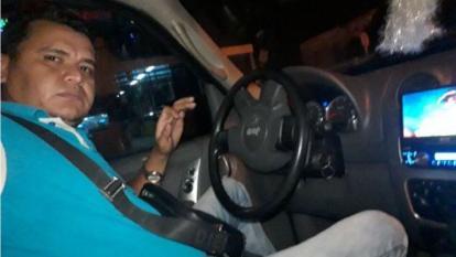 Digno Palomino, vestido de suéter azul y  montado en una camioneta Jeep.