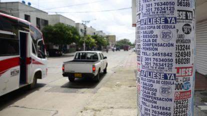 En un poste de la esquina de la calle 68 con carrera 47 hay varios avisos que ofrecen afiliaciones a salud, pensión y riesgos laborales.