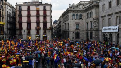 Miles de personas marchan en Barcelona contra el reférendum catalán