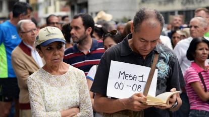 Electores aguardan en un puesto de votación este domingo en Caracas.