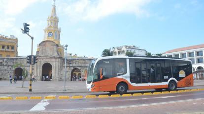 Bus de Transcaribe pasa al frente de la emblemática Torre del Reloj, en Cartagena.