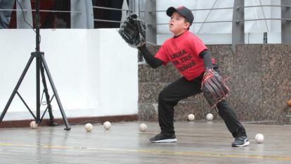 El pequeño Rafael esperando un lanzamiento en el Centro Comercial Plaza de las Américas, en Bogotá.