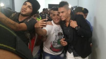 Jonatan 'El Loco' Álvez fue acosado por los hinchas de Junior en el aeropuerto Ernesto Cortissoz.