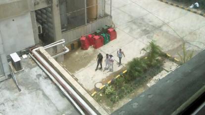 Enilce López camina lentamente, acompañada de personas de su confianza.