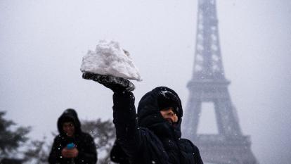 Cierran la Torre Eiffel por fuerte nevada