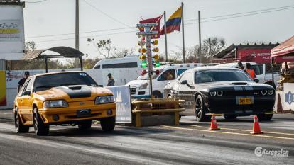 En la imagen un Ford Mustang, modelo del año 80 (i) y un Dodge Challenger SRT.