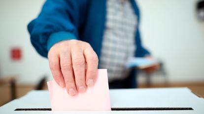 Ciudadano habilitado para sufragar ejerciendo su derecho al voto en cierto proceso electoral.